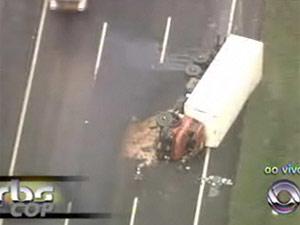 Caminhão tomba e interdita faixa de rodovia em Gravataí (RS) (Foto: Reprodução/RBS TV)