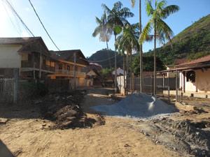 Muros destruídos, barro e lama ainda cercam o bairro Campo Belo (Foto: Tássia Thum/G1)