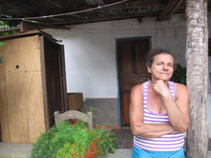 Dona Ilair divide cama e quarto com dois filhos na casa do ex-marido em São José do Vale do Rio Preto (Foto: Tássia Thum/G1)