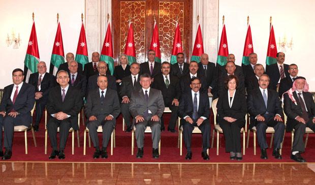 O rei Abdullah, ao centro, com o novo primeiro-ministro Maruf Bakhit (3º à esq) e os novos ministros posam para foto oficial no Palácio Real, em Amã  (Foto: Yousef Allan / Reuters)