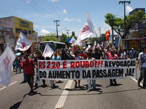 Grupo protesta contra aumento da tarifa em Natal (Foto: Paulo O. de Almeida/AE/AE)