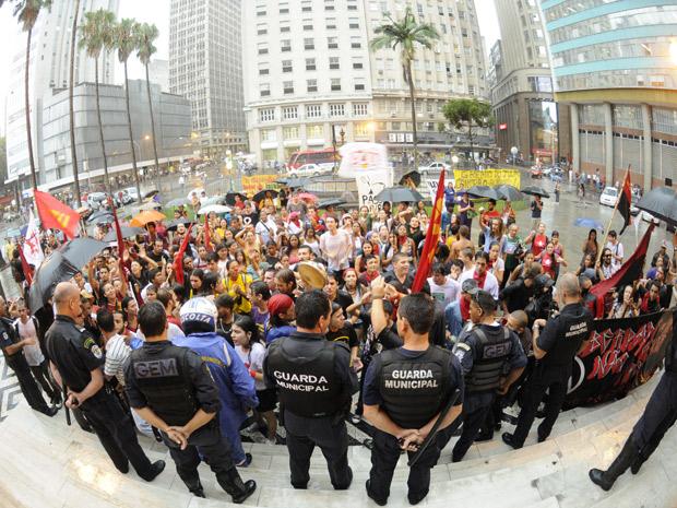 Manifestantes protestaram em frente à prefeitura de Porto Alegre (Foto: Alexandro Auler/AE/AE)