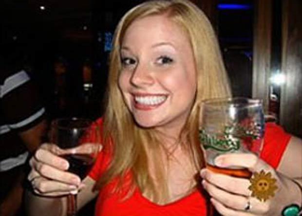 Ashley Payne segura taça de vinho e copo de cerveja. Imagem provocou polêmica. (Foto: Reprodução)