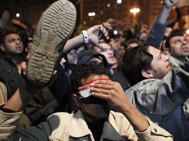 Manifestantes reagem negativamente ao discurso de Mubarak, na Praça Tahrir, no Cairo, na noite desta quinta-feira (10) (Foto: AP)