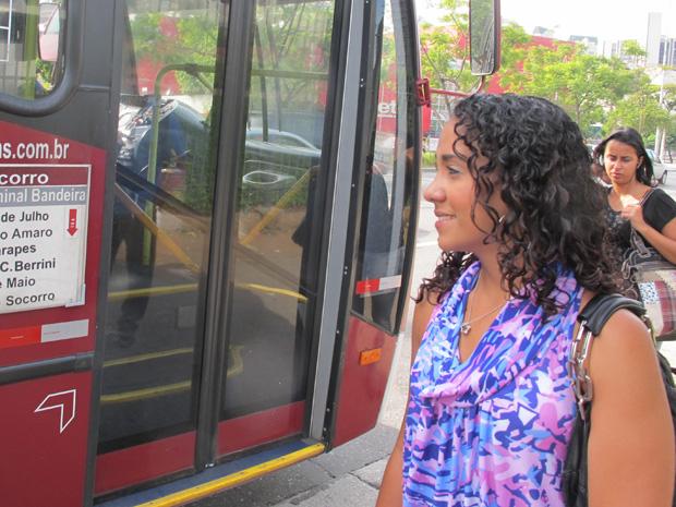Passageira aguarda ônibus  (Foto: Letícia Macedo/G1)