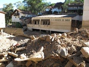 Escola na Cascata do Imbuí, em Teresópolis, guarda marcas da chuva (Foto: Tássia Thum/G1)