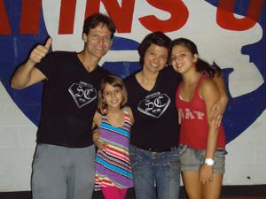 Leila, marido e as filhas  (Foto: Divulgação/ Arquivo Pessoal)