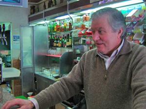 Júlio Luis dono de café (Foto: Vitor Sorano/G1)