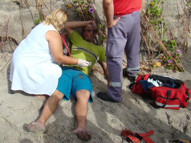 Pescador recebeu os primeiros socorros na faixa de areia depois ficar cinco horas no mar (Foto: Divulgação/Batalhão de Aviação da Polícia Militar de Santa Catarina)