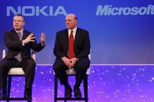 Stephen Elop, CEO da Nokia, e Steve Ballmer, da Microsoft, anunciam parceria estratégica na área de smartphones em evento em Londres. (Foto: Alastair Grant/AP)