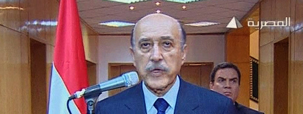 O vice-presidente do Egito, Omar Suleiman, anuncia nesta sexta-feira (11) a renúncia de Hosni Mubarak (Foto: AP)