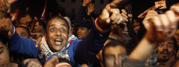 Egípcios comemoram, na Praça Tahrir, no Cairo, a renúncia de Mubarak nesta sexta-feira (11) (Foto: AP)