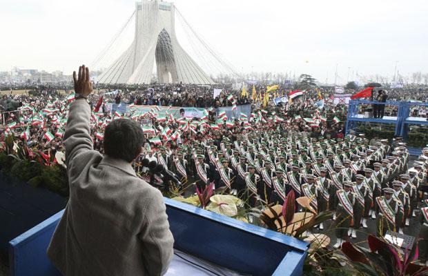 O presidente do Irã, Mahmud Ahmadinejad, faz saudação durante a celebração dos 32 anos da revolução islâmica, nesta sexta-feira (11) em Teerã (Foto: AP)