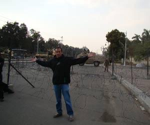 O egípcio Ahmed Haggag em frente à barreira montada por militares no palácio presidencial, nesta sexta-feira (11) (Foto: Arquivo pessoal / Ahmed Haggag)