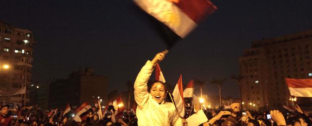 Multidão festeja nas ruas do Cairo; assista (Reuters)