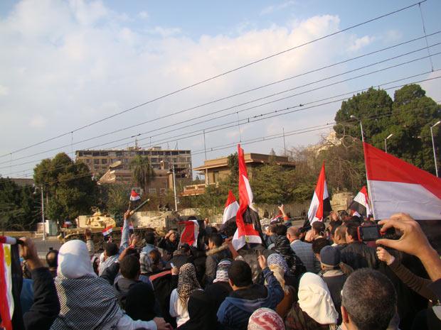 Manifestantes rumam da praça Tahrir até o palácio presidencial, nesta sexta, antes do anúncio da renúncia (Foto: Arquivo pessoal / Ahmed Haggag)