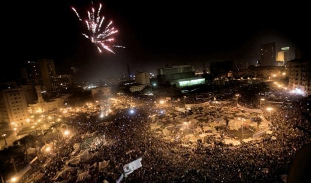 Fogos celebram fim de 30 anos do governo Mubarak na praça Tahrir, epicentro dos protestos no Cairo (Foto: Marco Longari / AFP)