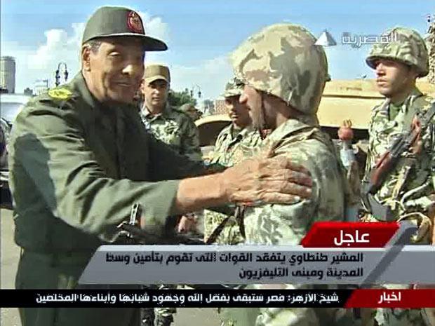 Em imagem de vídeo, do dia 30 de janeiro, o chefe militar Mohammed Hussein Tantawi cumprimenta soldado nas ruas do Cairo (Foto: Reuters)