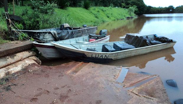 O barco com contrabando foi interceptado embaixo da ponte Ayrton Senna, na divisa do Paraná com Mato Grosso do Sul. A Polícia Federal e a Guarda Nacional trabalharam em conjunto. Foram apreendidas 17 caixas de cigarros - o equivalente a 8.500 maços. Ninguém foi preso. (Foto: Divulgação/Força Nacional)
