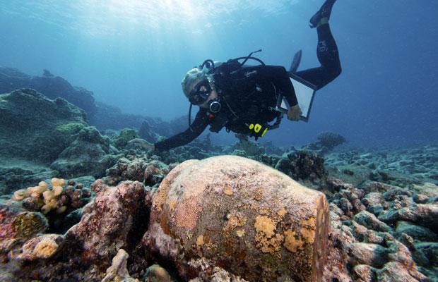 Arqueólogo marinho nada junto aos restos do Two Brothers, que pertenceu ao capitão que inspirou a história de 'Moby Dick' (Foto: Reuters)