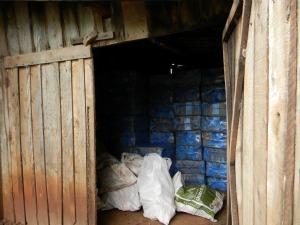 No depósito estavam 225 caixas de cigarros contrabandedos do Paraguai (Foto: Divulgação Força Nacional )