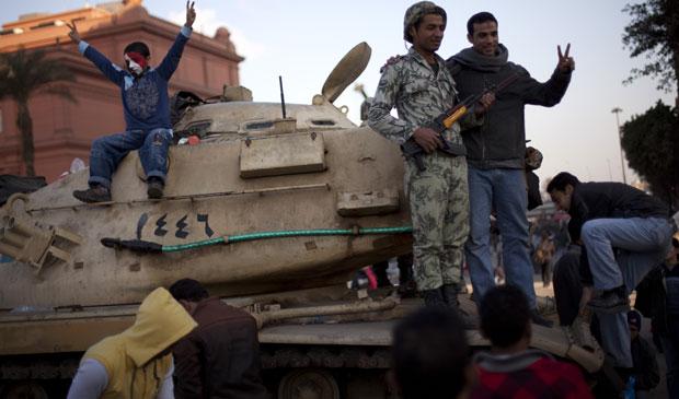 Egípcios comemoram neste sábado (12) na praça Tahrir, no Cairo, a primeira manhã sem Mubarak no governo. (Foto: Emilio Morenatti / AP)