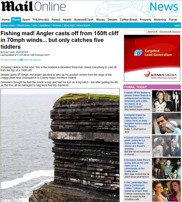 Pescador se arriscou em borda de penhasco na Irlanda do Norte. (Foto: Reprodução/Daily Mail)