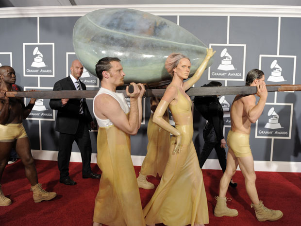 A cantora Lady Gaga chega à cerimônia do Grammy carregada dentro de um 'casulo' (Foto: AP)