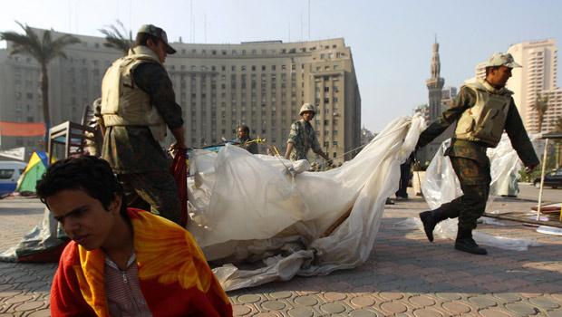 Militares removem barracas da praça Tahrir, foco de protestos no Cairo (Yannis Behrakis / Reuters)