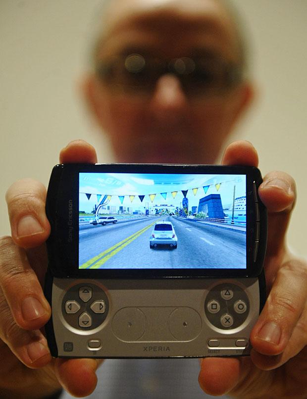 Celular-PlayStation, com joystick e games clássicos (Foto: Manu Fernandez / AP)