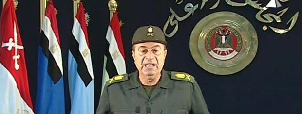 Militar dirige-se ao povo do Egípcio pedindo fim de greves nesta segunda-feira (14) no Cairo (Foto: AP)