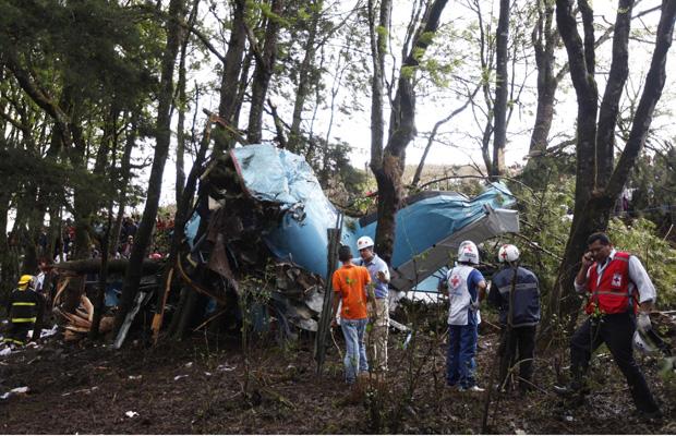 Equipes trabalham nos destroços do avião acidentado nesta segunda-feira (14) em Honduras (Foto: Reuters)