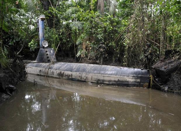 Submarino artesanal é visto em área rural de Timbiqui, no departamento colombiano de Cauca, nesta segunda-feira (14). Construído por traficantes, ele tem capacidade para transportar até oito toneladas de cocaína. (Foto: AFP)