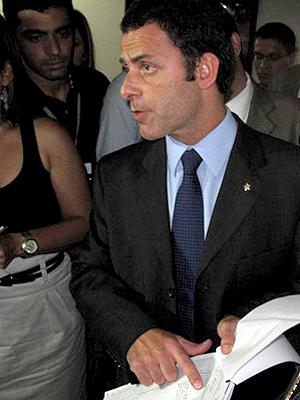 Allan Turnowski mostra documentos apontando irregularidades na Draco (Foto: Aluízio Freire / G1)