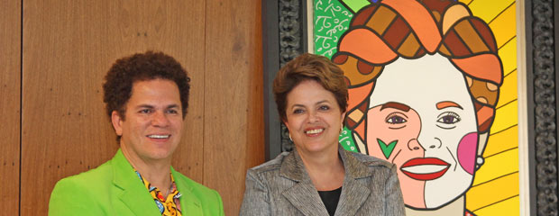 Dilma Rousseff, o artista plástico Romero Britto e a obra entregue por ele para a presidente (Foto: Presidência da República)