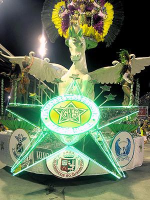 Mocidade levou alegoria com escudos da União da Ilha, Grande Rio e Portela (Foto: Rodrigo Vianna / G1)
