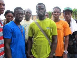 Michelet (no centro) pediu dinheiro emprestado para viajar (Foto: Luciana Rossetto/G1)