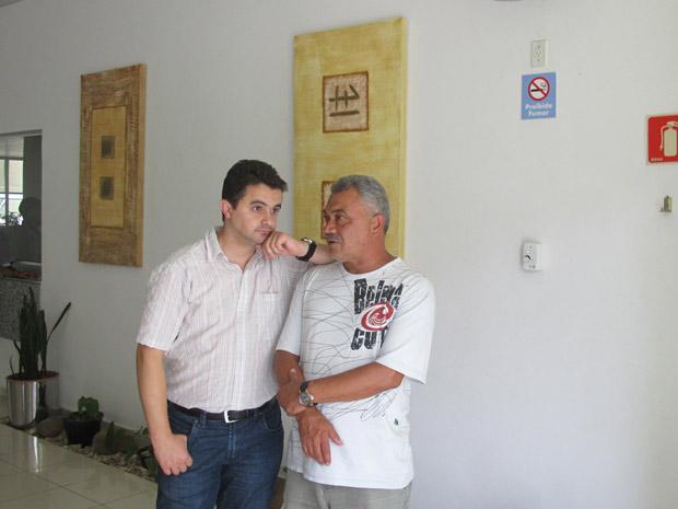 Pai (de camiseta branca) estava viajando quando soube do desaparecimento da filha (Foto: Letícia Macedo/ G1)
