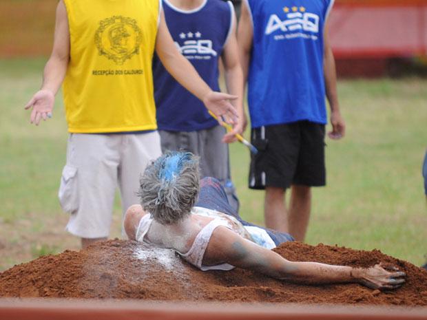 Caloura rola na terra em brincadeira de trote na Poli (Foto: Raul Zito/G1)