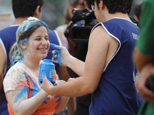 Estudante sorri durante brincadeira com veterano (Foto: Raul Zito/G1)