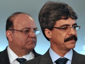 O líder do governo na Câmara, Cândido Vaccarezza (PT-SP), e o ministro de Relações Institucionais, Luiz Sérgio (direita), nesta segunda (14) ao falarem sobre a proposta do governo para o salário mínimo, de R$ 545 (Foto: Antônio Cruz/Abr)