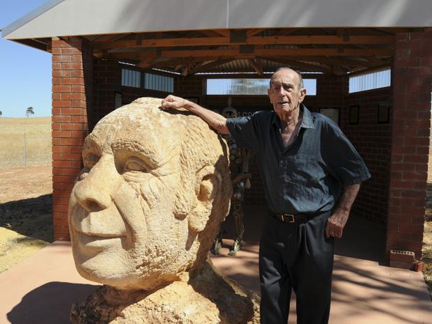 Leonard Casley ao lado de seu próprio busto em Hutt River (Foto: Norimitsu Onishi/The New York Times)