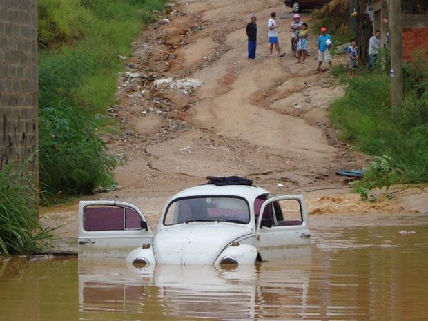 Carro ficou submerso após forte chuva que atingiu a cidade de Votarantim (Foto: Gustavo Ferrari / TV Tem)