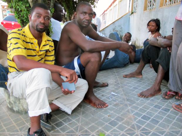 Gillet (esq.) e Raymond (dir.) não conseguiram iniciar processo em Tabatinga para pedido de visto (Foto: Luciana Rossetto/G1)