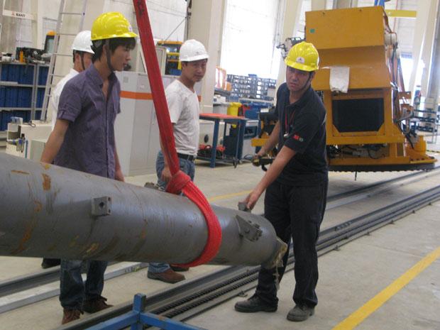Técnicos chineses supervisionam produção em fábrica no interior de SP (Foto: Darlan Alvarenga/G1)