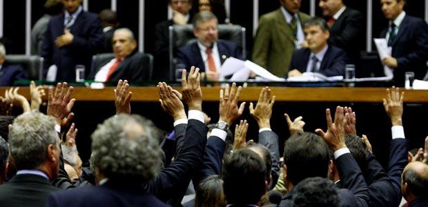 Deputados se manifestam durante sessão de votação do reajuste do salário mínimo (Foto: Celso Júnior /Agência Estado)