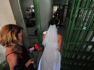 Casamento coletivo uniu 24 detentos a suas noivas em  Pernambuco (Foto: Paulo Almeida/Seres)