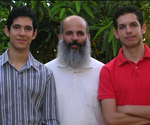 Cleber de Andrade Nunes e os filhos Jônatas, de 16 anos, e Davi, de 17  (Foto: Arquivo pessoal)