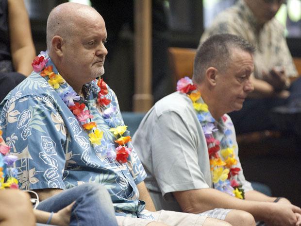 Lee Yarbrough (esq) e seu parceiro Dan Abrahamsson acompanham a votação, em Honolulu, nesta quarta (16) (Foto: Eugene Tanner / AP)