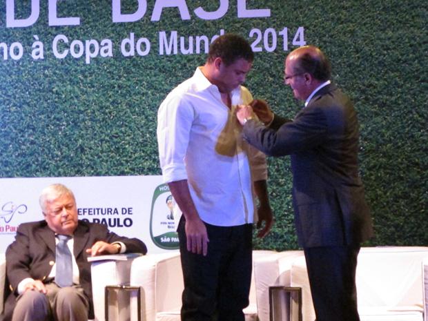 Ronaldo recebeu medalha de Alckmin (Foto: Paulo Toledo Piza/G1)